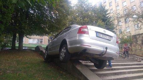 Біля львівської поліклініки зауважили авто на сходах. Фото дня