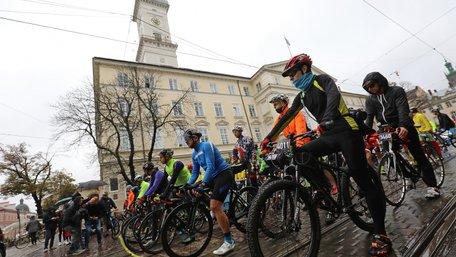 Кілька сотень велосипедистів стартували з площі Ринок у марафоні «Львівська Сотка». Фото дня