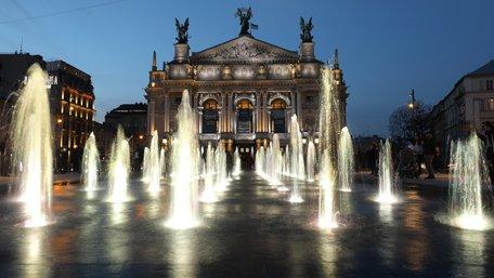 На площі перед львівською Оперою запрацював сухий фонтан. Фото дня