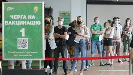 У львівських центрах вакцинації утворились черги з охочих щепитися