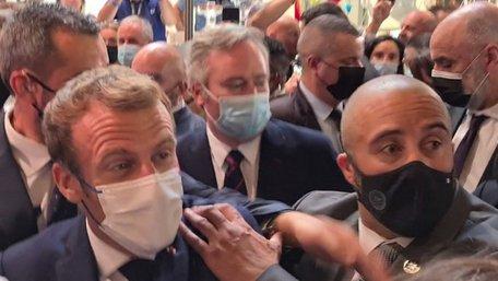 В президента Франції з вигуком «Хай живе революція!» кинули яйце. Відео дня