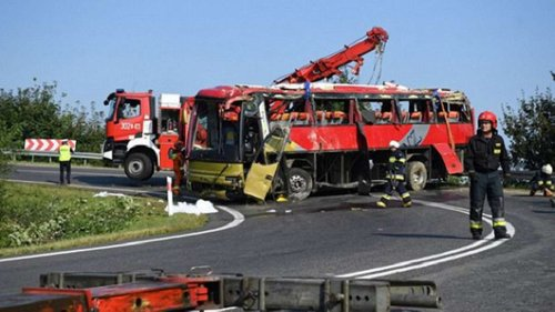 Після аварії українського туристичного автобуса в Польщі до лікарень потрапили 10 дітей. Усі загиблі й постраждалі в аварії екскурсійного автобуса є українцями