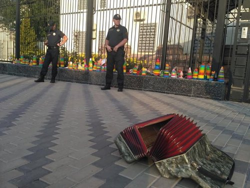 Кияни принесли пірамідки до посольства Росії в «пам'ять» про Кобзона