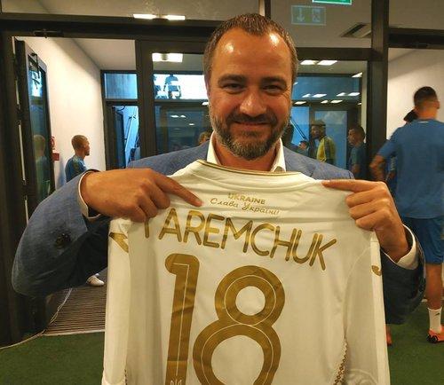 Андрій Павелко із новою футболкою збірної України