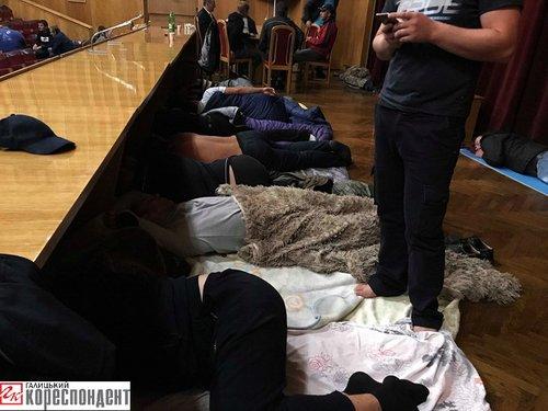 Протестувальники сплять у актовій залі ОДА