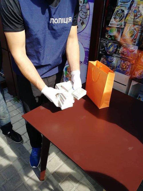 Гроші керівникові автодору передали у помаранчевому пакетику