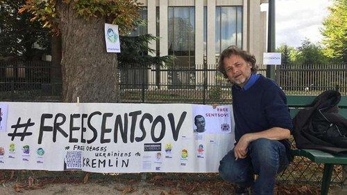 Поблизу посольства РФ у Парижі активісти оголосили голодування на підтримку Олега Сенцова. Український політв'язень Олег Сенцов голодує 126-й день