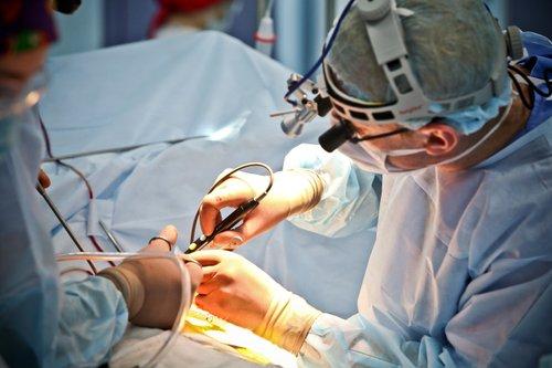 Олександр Бабляк під час проведення мініінвазивної операції на серці
