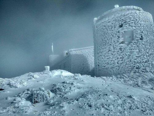 Заметена снігом вершина гори Піп Іван у карпатському масиві Чорногора, де розташована колишня обсерваторія