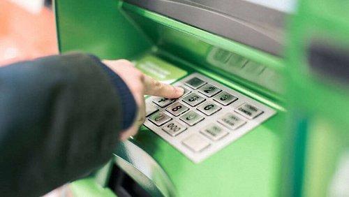 «ПриватБанк» припинить обслуговувати картки клієнтів у ніч на 14 жовтня. Тимчасові обмеження запровадять на операції з картками, також не працюватимуть банкомати і термінали самообслуговування