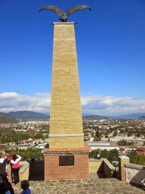Монумент з орлом