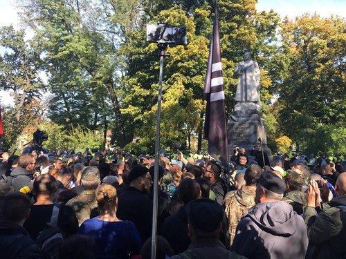 Праворадикали біля пам'ятника Ватутіну