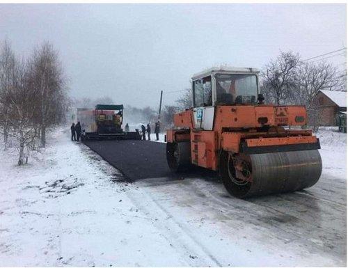 «Укравтодор» не платитиме за асфальт, укладений в сніг. В «Укравтодорі» відреагували на публікації в соцмережах, де були показані випадки укладання асфальту на сніговий покрив