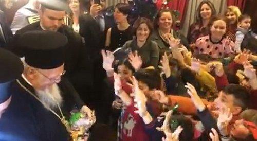 Варфоломій роздає українські цукерки дітям
