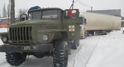 Рятувальники на Полтавщині за допомогою тросу витягнули зі снігового замету фуру