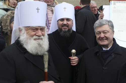 Голова ПЦУ (в центрі) Епіфаній, Петро Прошенко та митрополит Софроній в Черкасах