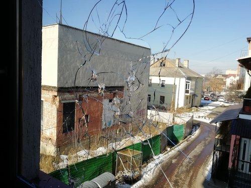 Прострілена шибка у вікні радіостанції