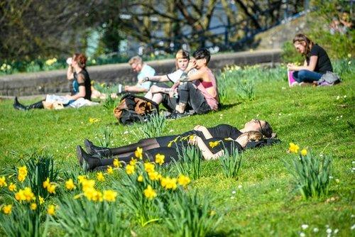 Люди відпочивають у парку Бристоля