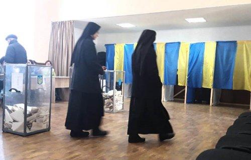 На Львівщині священик освятив виборчу дільницю і намагався проголосувати без паспорта