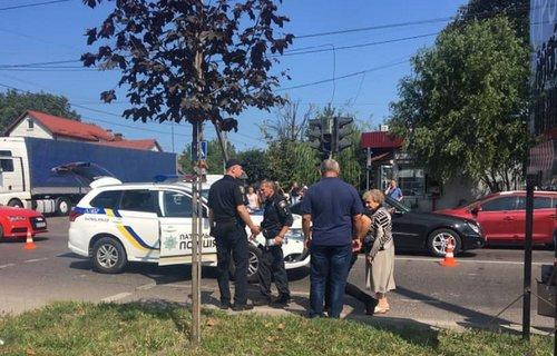 Автомобіль поліції збив двох жінок на пішохідному переході у Львові. На місце викликали працівників ДБР у Львівській області, які з'ясовуватимуть обставини ДТП