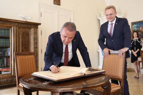 До Львова вперше з офіційним візитом приїхав мер Анталії