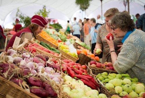 В Україні вперше за три місяці зросли ціни. Із продуктів харчування найбільше подорожчали гречка та фрукти