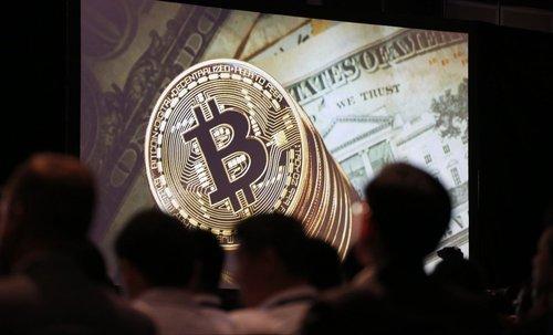 Народні депутати запропонували легалізувати в Україні криптовалюту. Наразі в Україні операції з електронними валютами законодавчо не врегульовані
