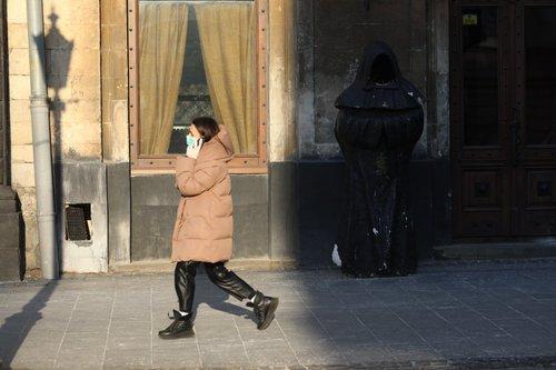 У магазини та громадський транспорт Львова не впускатимуть без масок. Перебувати на дитячих і спортивних майданчиках  міста заборонили