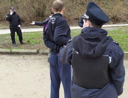 Поліція виписала штраф 32-річному львів'янину за прогулянку парком без маски. Чоловік на зауваження поліцейських відреагував агресивно