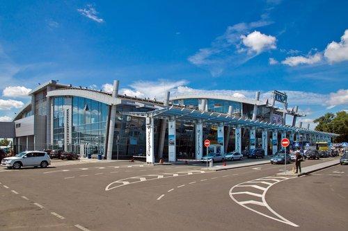 Аеропорт «Київ» звільнить половину співробітників через пандемію. Зараз кожен підрозділ летовища вирішує, кого саме звільнити і як оптимізувати роботу підприємства