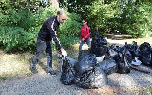 У Всесвітній день прибирання львів'яни масово прибирали парки. До активної молоді долучився і мер Львова з сім'єю