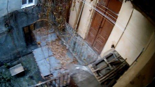 У Львові патрульний через балкон заліз до квартири пенсіонерки, яка дві доби була безпорадна. Жінка лежала біля увімкнутої духовки, від якої обпекла ноги