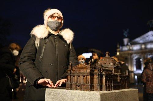 На площі перед Львівською оперою презентували мініатюрну копію театру. Над бронзовим макетом будівлі працювали рік