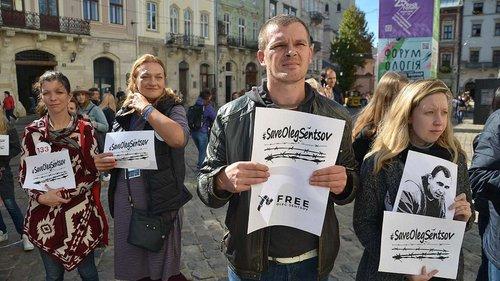 На площі Ринок відбувся марафон-читання на підтримку Олега Сенцова та інших політв'язнів
