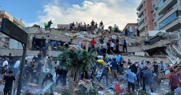 Унаслідок сильного землетрусу в Ізмірі зруйновані будинки, є загиблі та поранені. Щонайменше 6 людей загинули, ще понад дві сотні отримали поранення