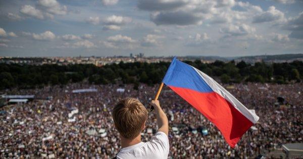 Комуністи вперше не пройшли в парламент Чехії thumbnail