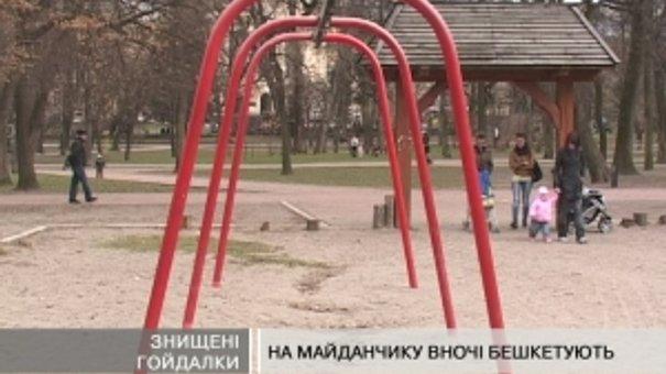 Дитячі майданчики через вандалів комунальники не встигають ремонтувати