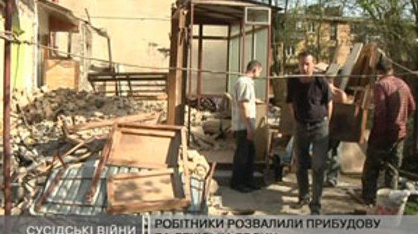 Робітники розвалили прибудову без дозволу власників