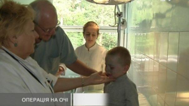 """16 дітей з львівського """"Охматдиту"""" прооперував американський лікар-офтальмолог"""