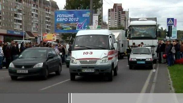 Двоє юнаків на проспекті Чорновола потрапили під колеса вантажівки