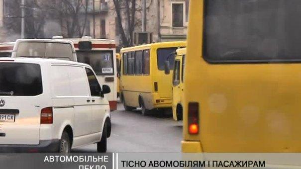 Вулицю Зернову заполонив транспортний колапс