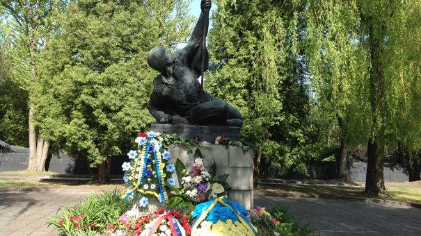 Шемчук та Астахов поклали квіти на Пагорбі слави