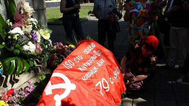 На львівському Пагорбі слави розгорнули червоний прапор