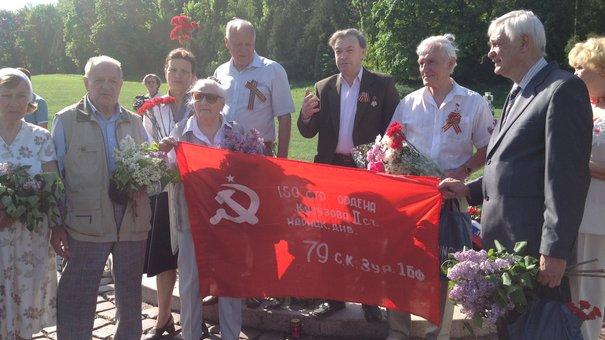 Прогресивні соціалісти розгорнули прапор перемоги на Марсовому полі у Львові