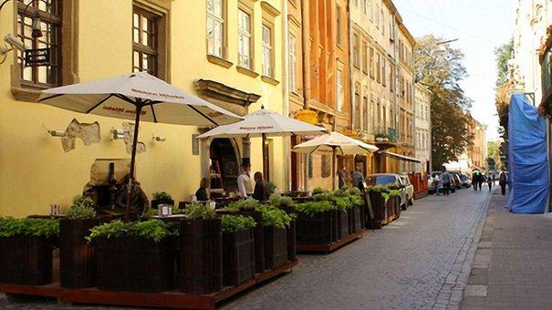 У центрі Львова на відвідувачів кафе впала штукатурка
