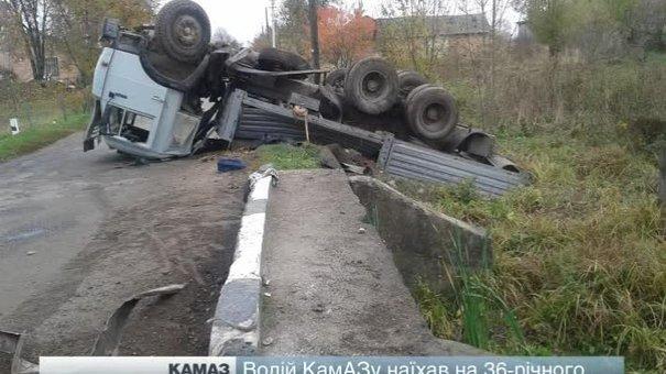 Смертельна ДТП на Львівщині: КАМАЗ збив людину, а потім попав в аварію