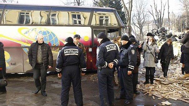 Щоб звільнити ЛОДА від активістів, привезли автобус спортсменів