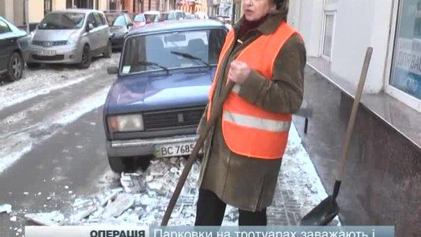 Львівські комунальники залучають до прибирання евакуатори