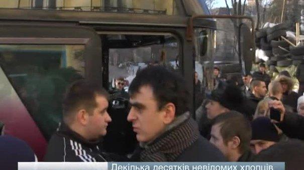 Під барикади Львівської ОДА приїхали тітушки