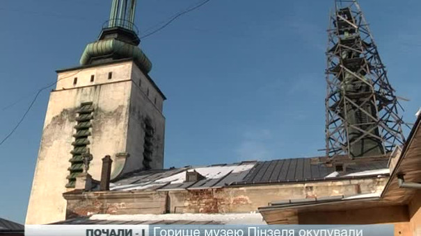 Підрядник зупинив роботи на даху музею Пінзеля через брак коштів